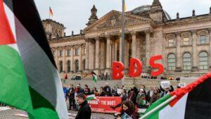 Aktivisten der anitsemitischen BDS-Kmapgane demonstrieren vor dem deutschen Bundestag