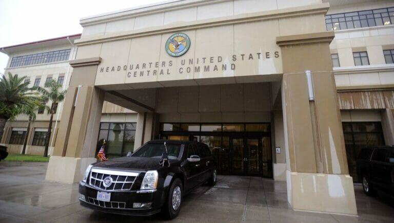 Präsidentenlimousine vor dem Eingang des US Central Command