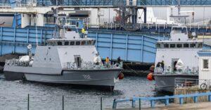 Zwei auf der Peene-Werft gebaute Patrouillenboote für Ägypten werden auf Frachtschiffe verladen
