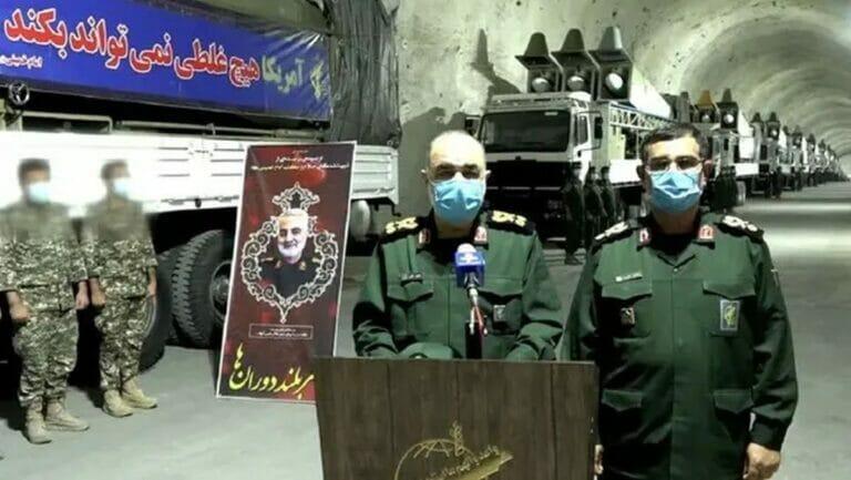 Oberkommandierender des IRGC General Hossein Salami präsentiert unteriridsche Raketenbasis