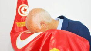 Kaïs Saïed küsst nach seinem Wahlsieg 2019 die tunesische Fahne