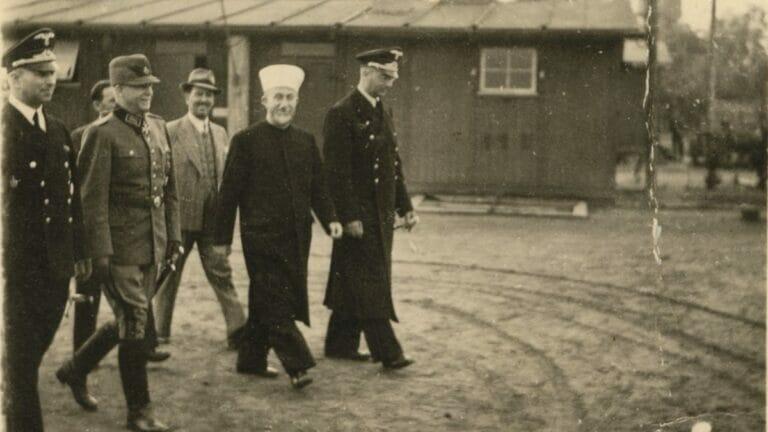 Der Mufti von Jerusalem, Amin el-Husseini, besucht 1943 ein Konzentrationslager