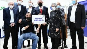 Netanjahu mit Jabarin Muhammad, dem millionsten Israeli, der gegen Corona geimpft wurde