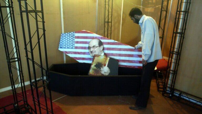 Salman Rushdie in einem amerikanischen Sarg: Exponat der 16. Internationalen Koranausstellung in der Imam Khomeini Moschee in Teheran