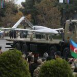 Eine türkische Bayraktar TB2 Drohne auf der Siegesparade in der aserbaidschanischen Hauptstadt Baku