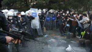 Polizie geht hart gegen demonstrierende Stundenten in der Türkei vor