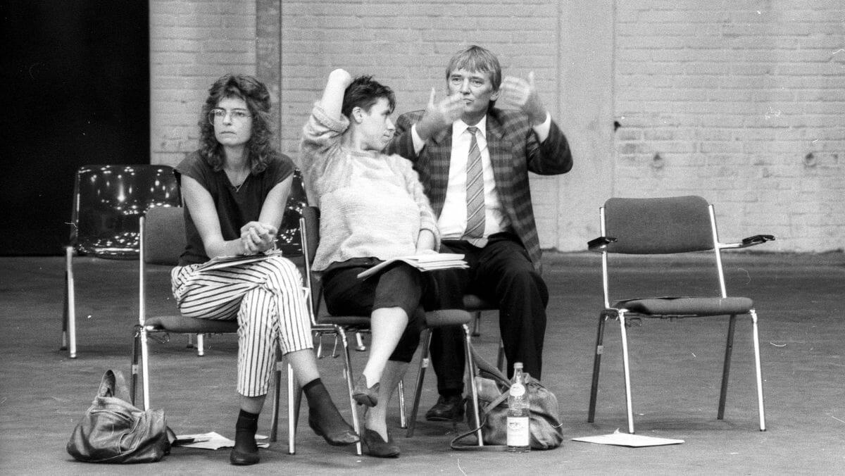 Taz-Journalistin Wiedemann (li.) mit Otto Schily (re.) auf der Außerordentliche Bundesversammlung der Grünen in Oldenburg 1987