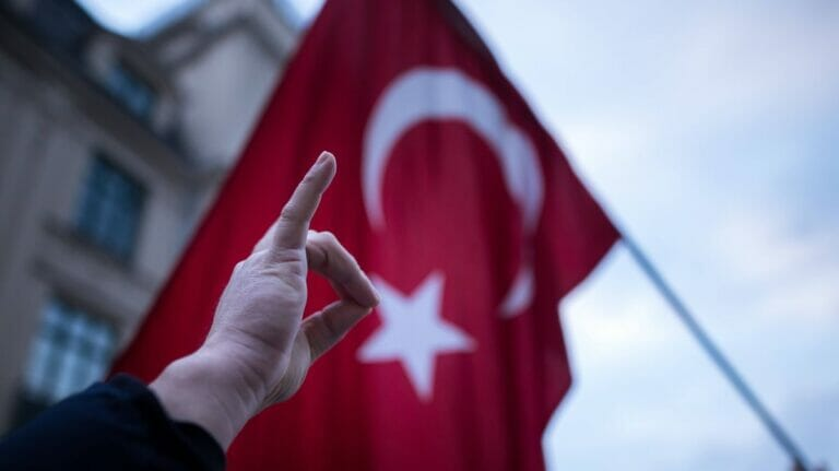 Wolfsgruß: Das Erkennungszeichen der faschistischen türkischen Grauen Wölfe