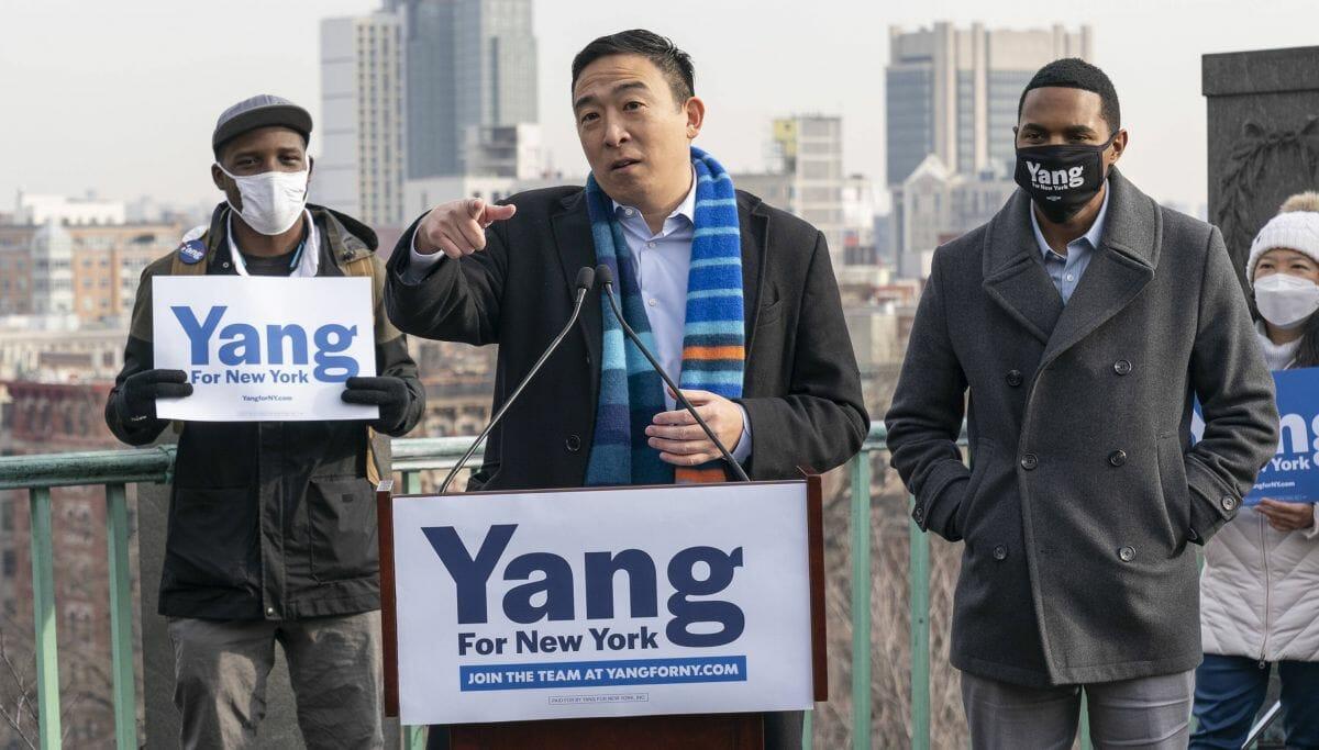 Andrew Yang wird vom demokratischen Abgeordneten Richie Torres unterstützt
