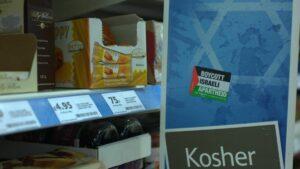 Ein Aufkleber der antisemitischen BDS-Bewegung ruft zum Boykott koscherer Waren auf