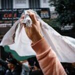 Die Demonstranten im Maghreb (hier in Bild aus Algiers) fordern vielfach Rechtsstaatlichkeit und Freiheit. (© imago images/Hans Lucas)
