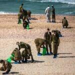 Israelische Soldaten versuchen an einem Strand nahe Rischon LeZion, die Ölpest zu beseitigen. (© imago images/Xinhua)