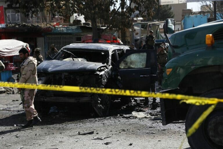 Schauplatz eines Bombenanschlags in Kabul. Die Taliban setzen verstärkt auf Terror gegen Afghanen. (© imago images/Xinhua)