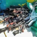Einige der Waffen, die von der US Navy vor der somalischen Küste abgefangen wurden. (© imago images/ZUMA Wire)