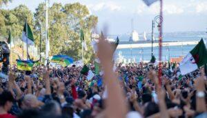 Algerische und Amazigh-Flagen auf einer Demonstration in Algier im November 2019