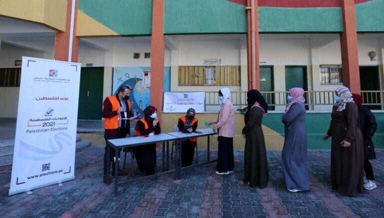 Wählerinnen im Gaza-Streifen lassen sich für die angekündigten Wahlen registrieren