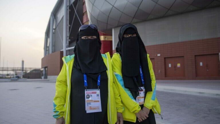 Mit Niqab bekleidete Mitarbeiterinnen der Leichtathletik Weltmeisterschaft 2019 in Katar