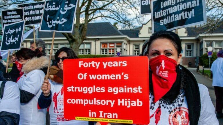 Exiliranerinnen in Brüssel protestieren gegen die Zwangsverschleierung