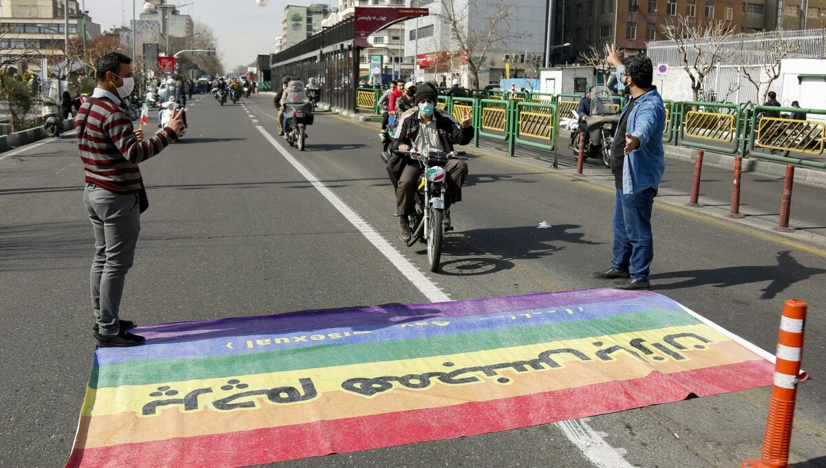 Motorraddemo im Iran fährt über LGBT-Flagge