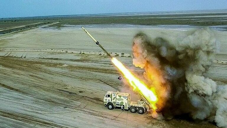 Mobile Raketenabschussrampe des Iran bei einem Manöver