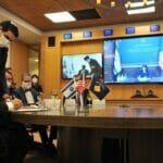 Israels Außenminister Gabi Ashkenazi and seine kosovovarische Amtskollegin Meliza Haradinaj-Stublla unterzeichnen die Aufnahme diplomatischer Beziehungen