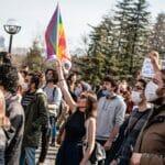 Studentin mit LGBT-Fahne während der Proteste an der Istanbuler Boğaziçi-Universität