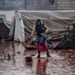 Der Winterregen verwandelt Flüchtlingslager in Syrien in Seenlandschaften