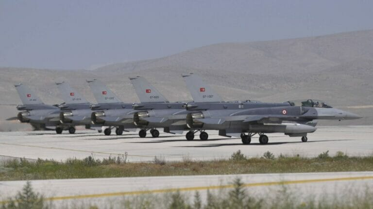 An der Militäroperation im Nordirak sollen mehr als 40 Flugzeuge der türkischen Luftwaffe beteiligt sein