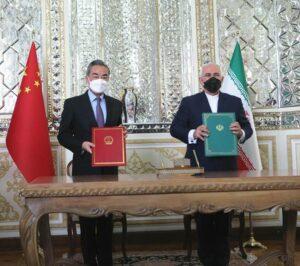 Die Außenminister des Irans und Chinas bei der Unterzeichnung des weitreichenden Kooperationsabkommens. (© imago images/Xinhua)