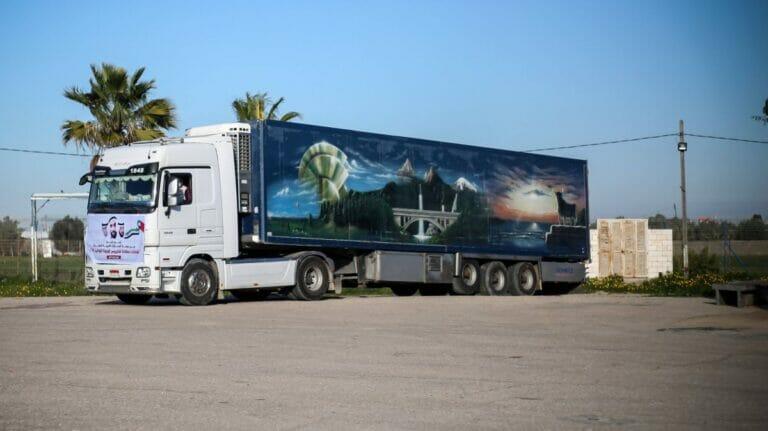 LKW mit Corona-Impftsoffen aus den VAE trifft im Gazastreifen ein