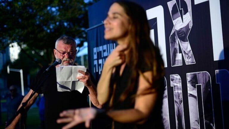 Breaking the Silence verliest Zeugenaussagen von Soldaten vor der Kirya-Militärbasis in Tel Aviv, 1. Juli 2017