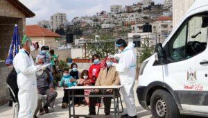 Mitarbeiter des palästinensischen Gesundheitsdienstes in Hebron führen Corona-Test durch
