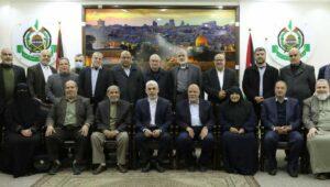 Jamila al-Shanti (5. v. re.) ist die erste Frau, die Mitglied des Hamas-Politbüros wird
