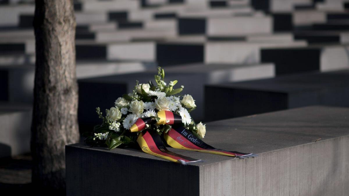In Deutschland wird ein Streit um das angemessene Gedenken des Holocaust geführt