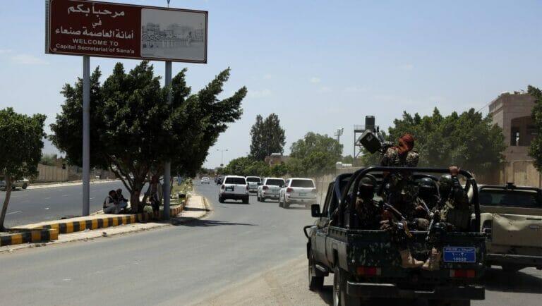 Houthis folgen einer UNO-Kolonne in der jemenitischen Stadt Sanaa