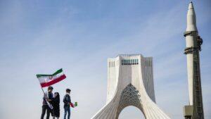 Zum Jahrestag der Islamischen Revolution präsentiert der Iran ballistische Raketen in Teheran