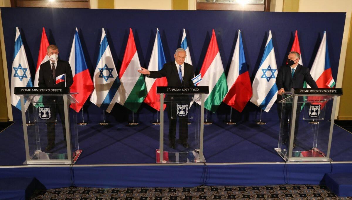 Benajmin Netanjahu auf einer Pressekonferenz mit Andrej Babiš und Viktor Orbán