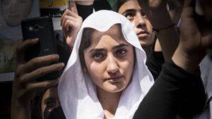 Jesidin bei Gedenkrede zum Jahrestag des Völkermords durch den Islamischen Staat