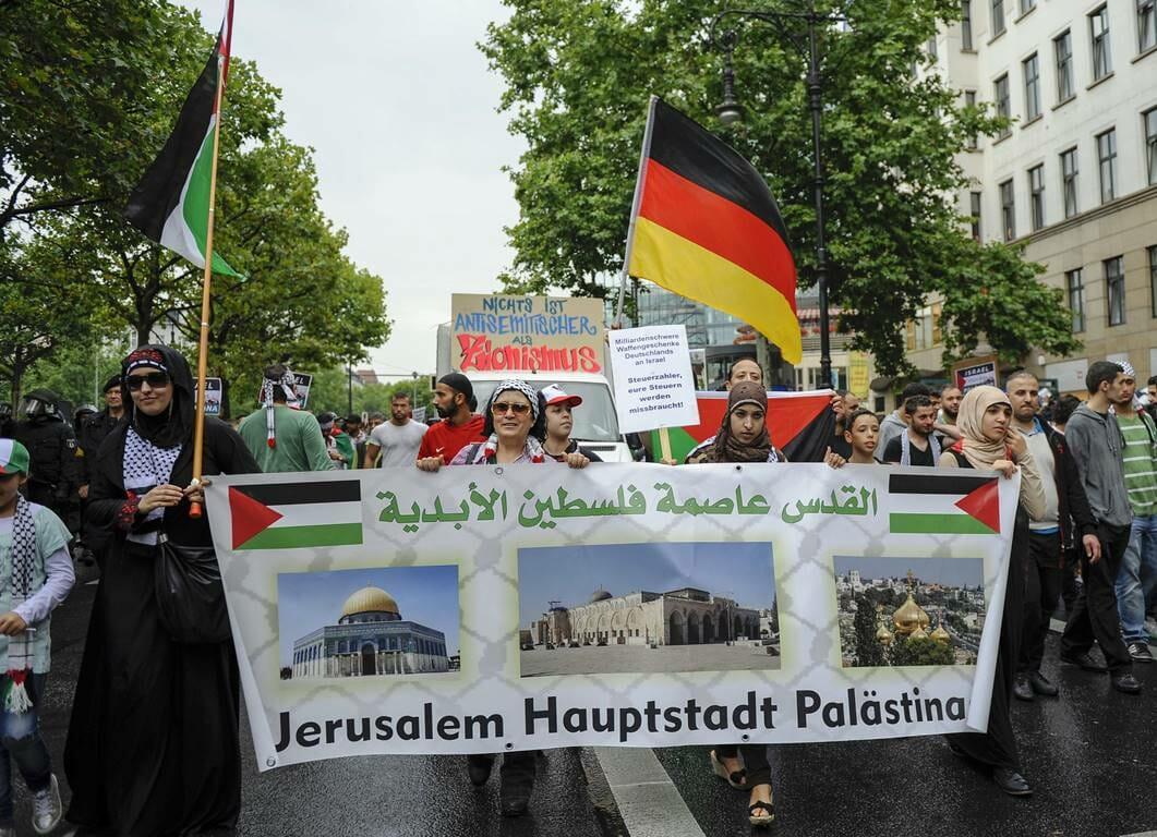 """Für die Unterzeichner der """"Jerusalem Erklärung"""" wahrscheinlich auch nicht """"per se"""" antisemitisch: Aufmarsch zum vom iranischen Regime ins Leben gerufenen al-Quds-Tag in Berlin. (© imago images/Markus Heine)"""