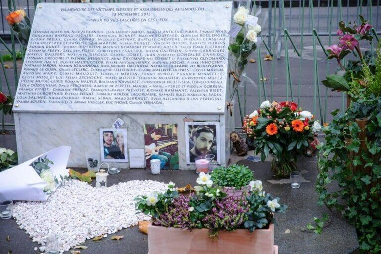 Beim Bataclan erinnert seit vergangenen Herbst ein Gedenkstein an die Opfer des Terroranschlags vom 13. November 2015. (© imago images/Hans Lucas)