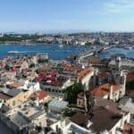 Die Galata-Brücke über das Goldene Horn am Bosporus. Ein neuer Kanal für die Schifffahrt würde laut Türkei nicht unter die Montreux-Konvention fallen. (© imago images/agefotostock)