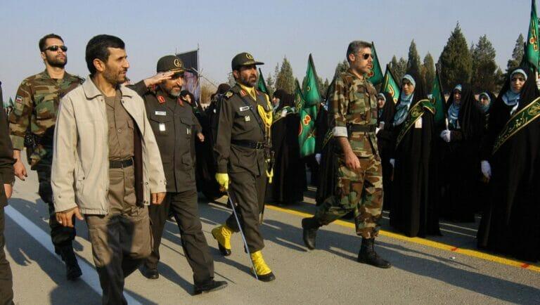 Mohammad Hejazi neben Mahmud Ahmadinejad auf einer Parade im Jahr 2006