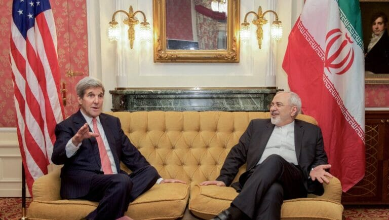 US-Außenminister Kerry und sein iranischer amtskollge Zarif bei den Atomverhandlungen 2015 in Wien