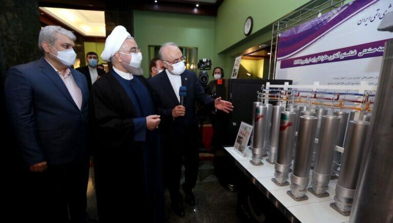 Präsident Rohani besucht die Ausstellung der nuklearen Errungenschaften des Iran