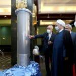 Irans Atomchef Salehi zeigt Präsident Rohani ein Modell der neuen IR-9-Zentrifugen