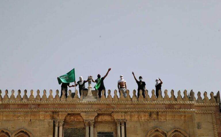 Palästinenser mit Fahnen der Hamas bei der Al-Aqsa-Moschee in Jerusalem. (© imago images/Xinhua)