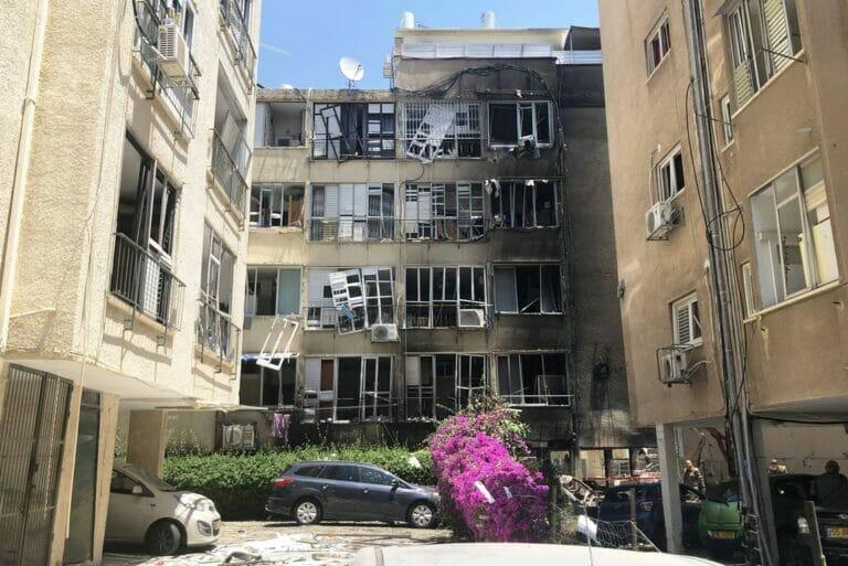 """Wohnhaus im israelischen Petach Tikwa, das von einer Rakete beschädigt wurde. (©<a href=""""http://www.imago-images.de"""">imago images</a>/ITAR-TASS)"""