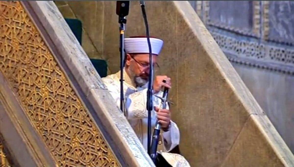 Der Vorsitzende der türkischen Religionsbehörde Diyanet, Ali Erbas, tritt gerne mit Schwert auf