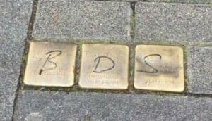 Mit BDS-Graffiti geschändete Stolpersteine in Köln