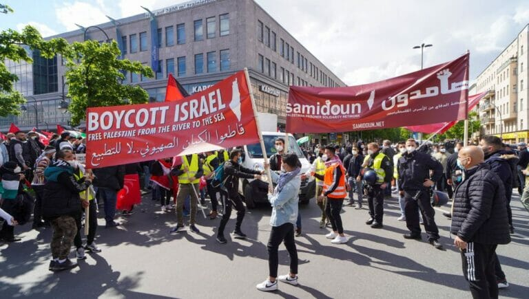 """BDS und die PFLP-Vorfeldorganisation """"Samidoun"""" waren ebenfalls an der Demonstration beteiligt"""
